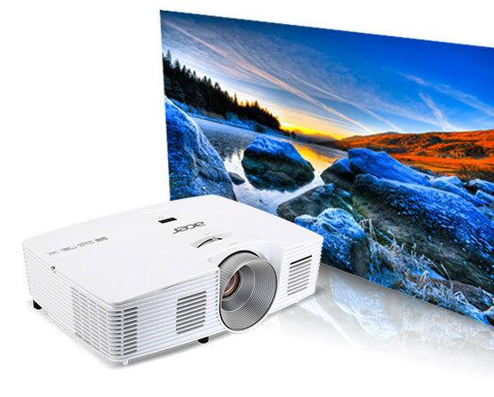 Genießen Sie Filme im Riesenformat von zu 762 cm Bilddiagonale und in über einer Milliarde Farben. Die Full HD-Auflösung und der hohe Kontrast von bis zu 20.000:1 sorgen für gestochen scharfe und klare Bilder.